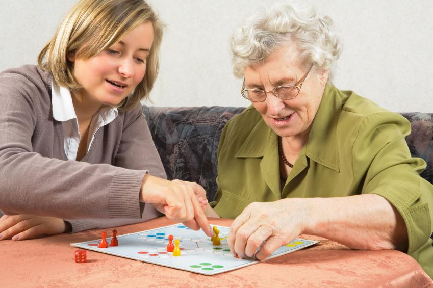 grossmutter und enkelin beim mensch ärgere dich nicht spielen